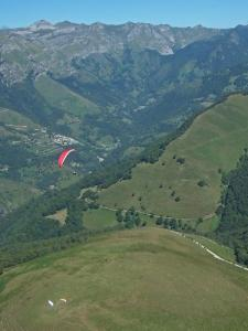 De start van paragliden en Accous Valley Aydius