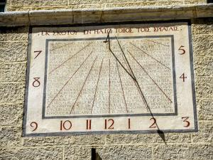 Sundial against the wall of Monteverdi Hall (© J.E)