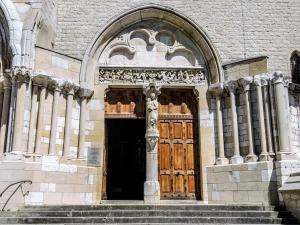 Grand portal of the abbey church (© J.E)