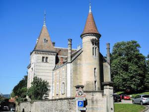 Ambronay Town Hall, former castle (© J.E)