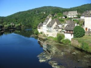 The reflection in the Dordogne houses of Bastier (Argentat)