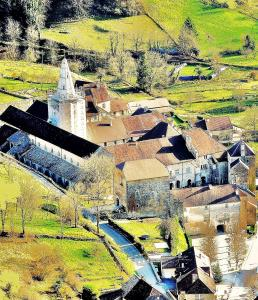 Former abbey seen from Granges-sur-Baume (© Jean Espirat)