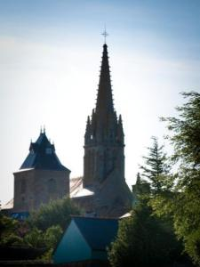 Bazouges-la-Pérouse and church (© Stenphoto)