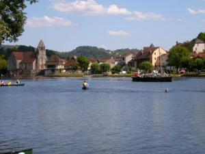 Chapelle Penitents and barge on the Dordogne