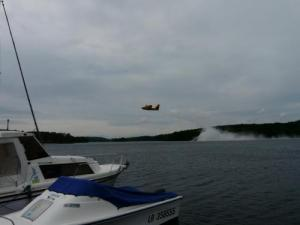 The spectacle of Canadair in training on Lake