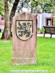 Borne emblazoned in a park of old town (© JE)
