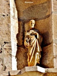 Another statue against a wall (© Jean Espirat)