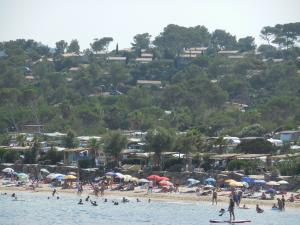 Plage de la favi re lieu de loisirs bormes les mimosas for Camping bormes les mimosas piscine