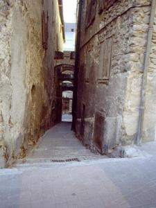 A narrow alley (© Jean Espirat)