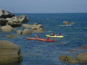 Kayaks Lighthouse Beach: fabulous walks in the changing rocky landscapes