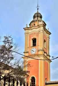 Bell tower of the Saint-Pierre church (© J.E)