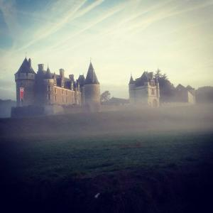 Montpoupon Castle in de mist