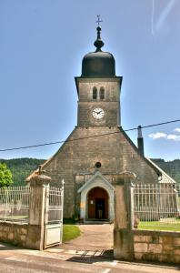 Facade and bell tower of the church (© J.E)