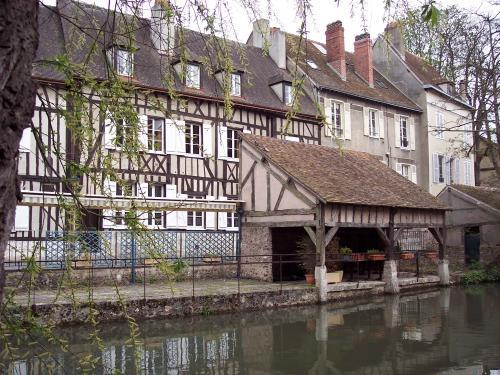 Former wash house on the bank of the Eure (© J.E)