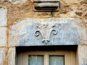 Carved lintel dated 1751 (© Jean Espirat)
