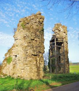 Ruins of the Northeast towers of the old castle (© Jean Espirat)