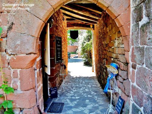 Collonges-la-Rouge - Priory Tor ( © Jean Espirat )