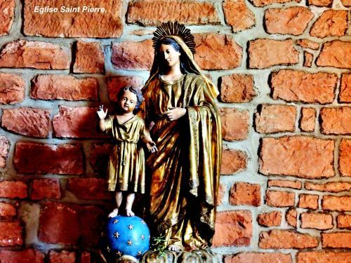 Collonges-la-Rouge - Madonna Kind in der Kirche (© Jean Espirat )