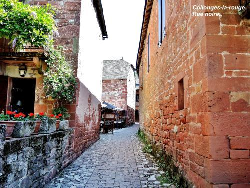 Collonges-la-Rouge - Black Street ( © Jean Espirat )