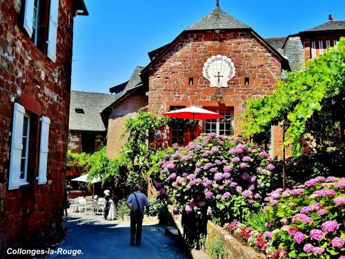 Collonges-la-Rouge - blumig Alley (© Jean Espirat )