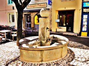 Fontaine on a small square of the village (© JE)