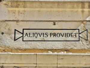 Somebody provides Latin motto on an old house (© JE)