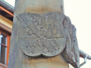 Other badge on the column of the fountain of the Virgin (© Jean Espirat)