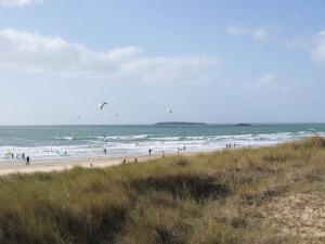 Kerhilio: when the holidaymakers have deserted, the beach of Kerhilio becomes the paradise of kite-surfers