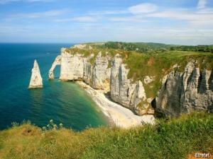 Panorama of the downstream cliff opposite the town of Etretat, view taken from the Maneporte cliff (© JE)