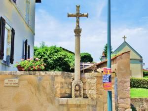 Calvary in the town center (© Jean Espirat)