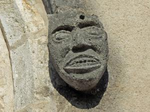 sculpture on the facade of the church (© Jean Espirat)