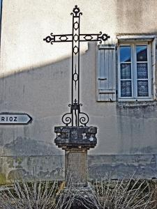 Cross dated 1579 High Street (© Jean Espirat)