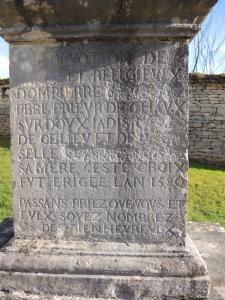 Inscription on the pedestal of the cross dated 1579 (© Jean Espirat)