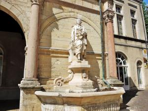 old fountain with a statue of Rome de l'Isle (© JE)