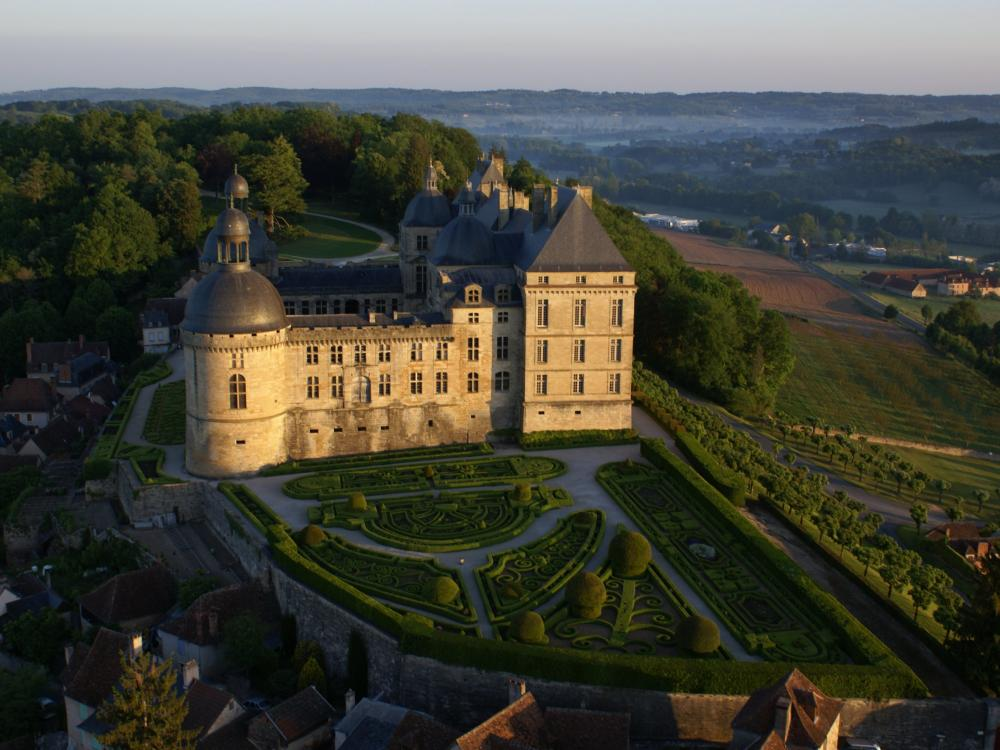 Foto castello di hautefort monumento a hautefort for Giardini francesi