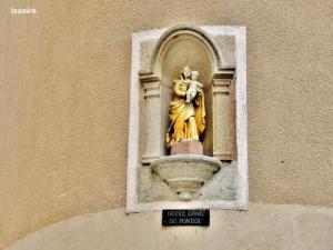 Statue of Our Lady of Ponteil, against a wall (© JE)
