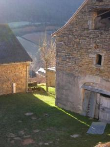 Auxillac: Marijoulet - Fillet of light between the barns