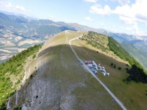 The Longeane, paragliders and hang gliders taking off
