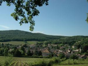 Le bourg de Lugny vu du site panoramique Saint-Pierre
