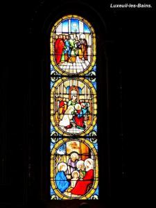A stained glass window of the abbey (© Jean Espirat)