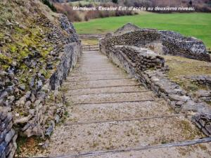 Staircase Is access to the second level of the Roman theater (© Jean Espirat)