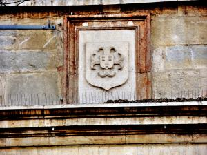 Crest etched against a wall (© Jean Espirat)