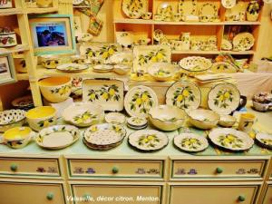Dishes with lemon decoration (© Jean Espirat)