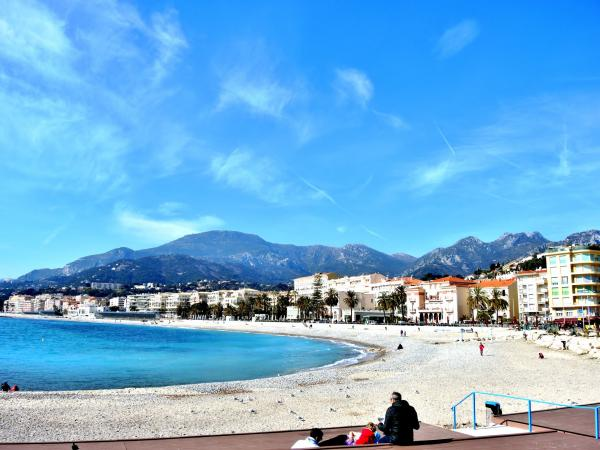 Beach of Menton in front of the promenade of the sun (© J.E)