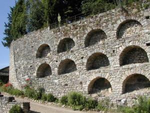 Wall enclosure with relieving arches