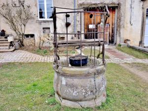 Well in the courtyard of the ancient abbey (© Jean Espirat)