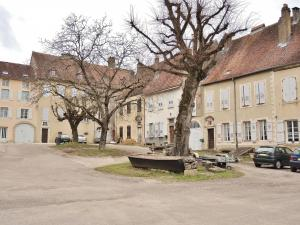 Court of buildings former Abbey (© Jean Espirat)