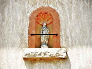 Statuette against a wall (© Jean Espirat)