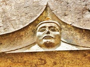 Face carved on the lintel of the castle (© Jean Espirat)