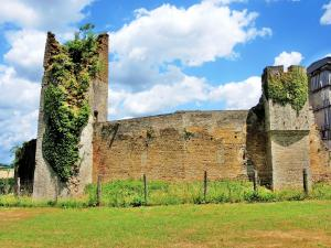 West Wall of the castle (© Jean Espirat)